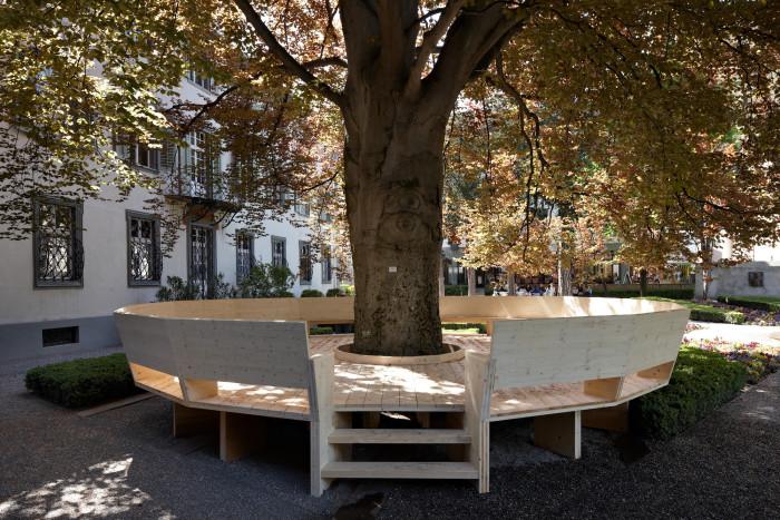 Die Loge an der Buche, 2012·Rundbank mit Lehne in Holzkonstruktion, H 73 cm, ø 930 cm, Courtesy Carmen Müller, Foto: Ralph Feiner