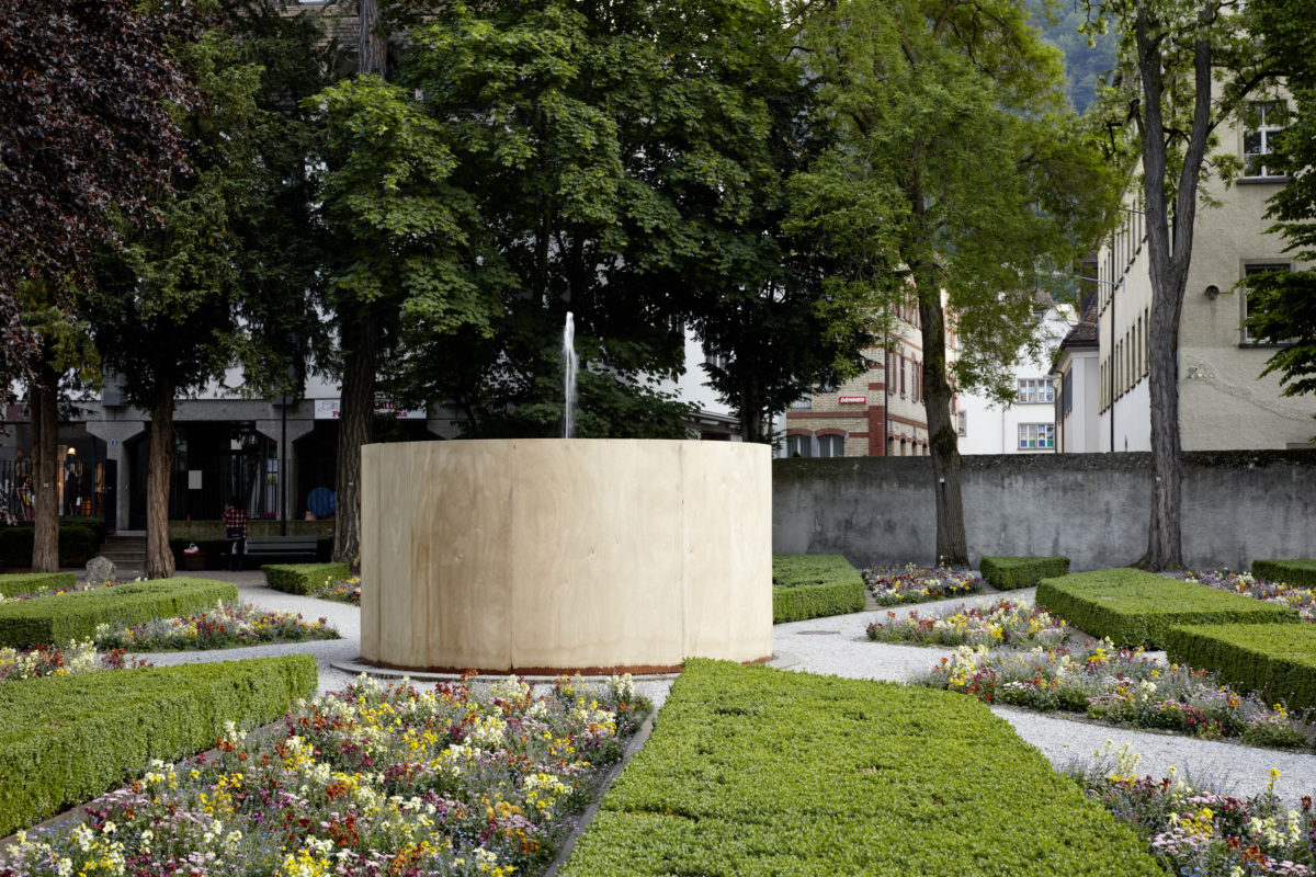 Roman Signer, «Fontäne», 2016, Holzkonstruktion, 220 x 416 cm, Bild © Ralph Feiner